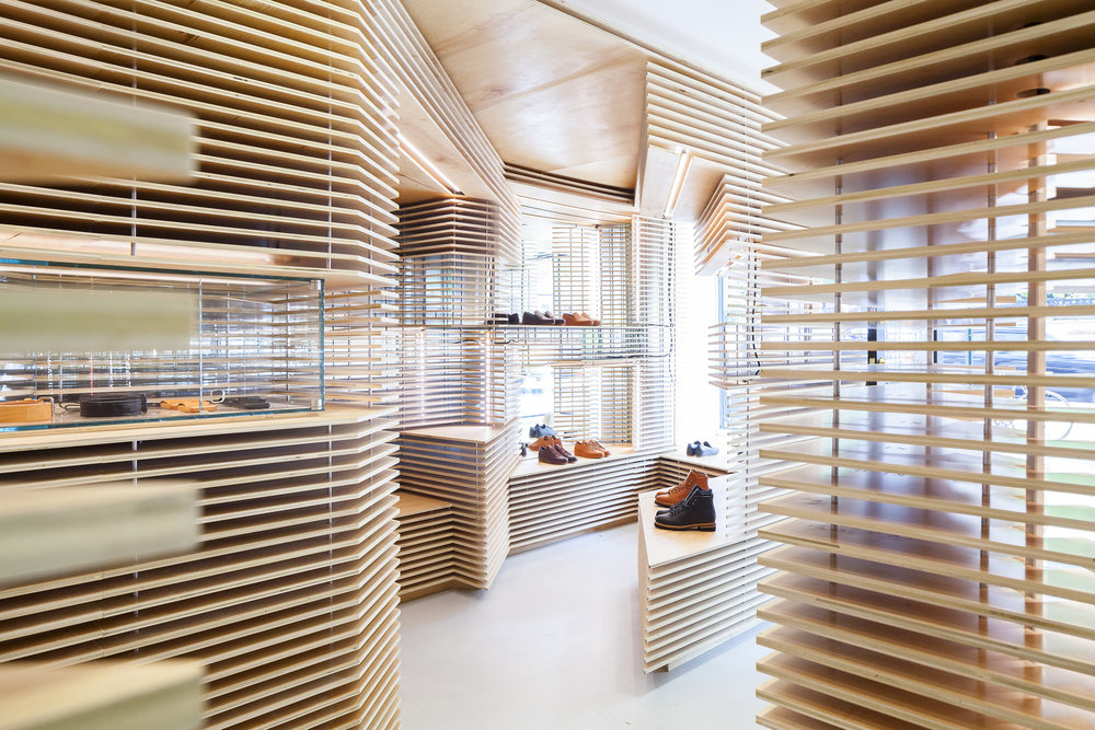 shop-showcase-wooden-slats-new-york-shoe display-play-lights-shadows-horizontal-craftsmanship-innovation-geometry-aesthetics-empty-volume-wood-birch-transparency