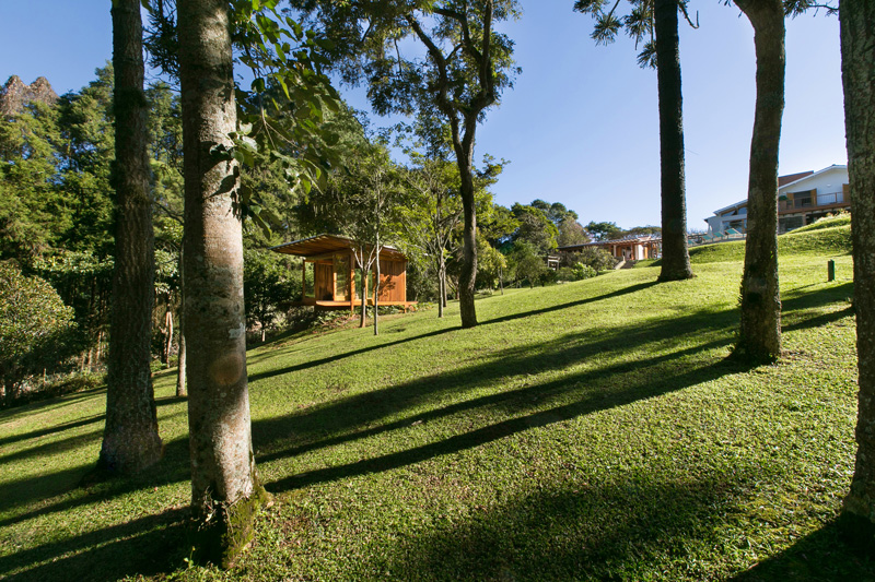 pavilion-meadow-nature-trees-panorama-lake-view-prefabricated-exterior-lights-shadows