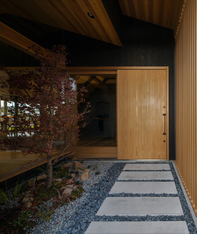 Entrance in wood and gravel