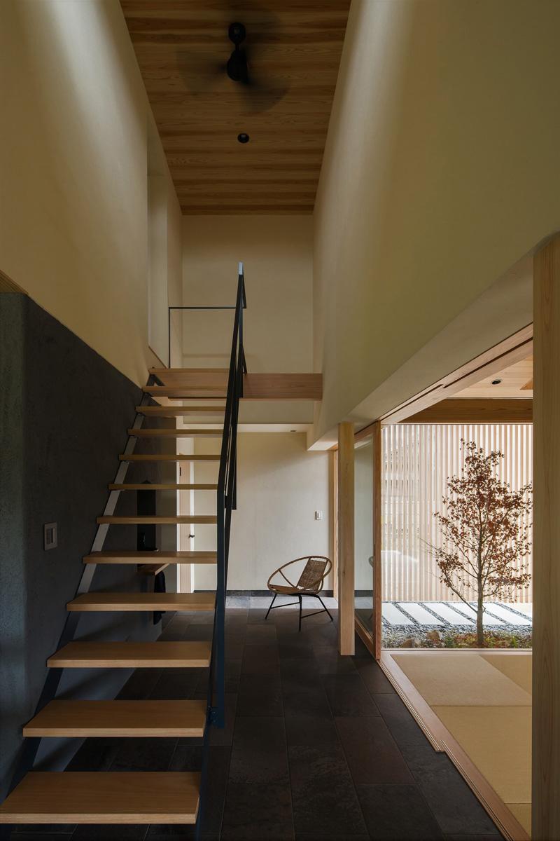 Internal staircase in wood and metal