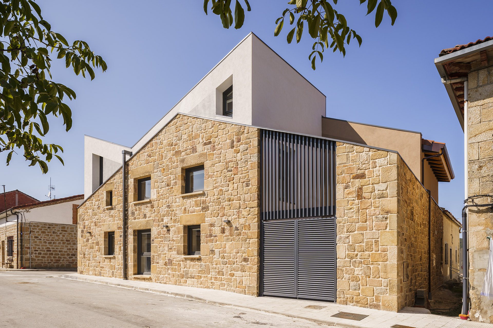Stone for the perimeter walls of a house in Spain. The design is inspired by the local natural monument