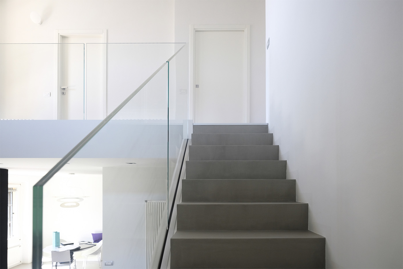 Internal staircase with Garda FS Aluvetro red glass handrail