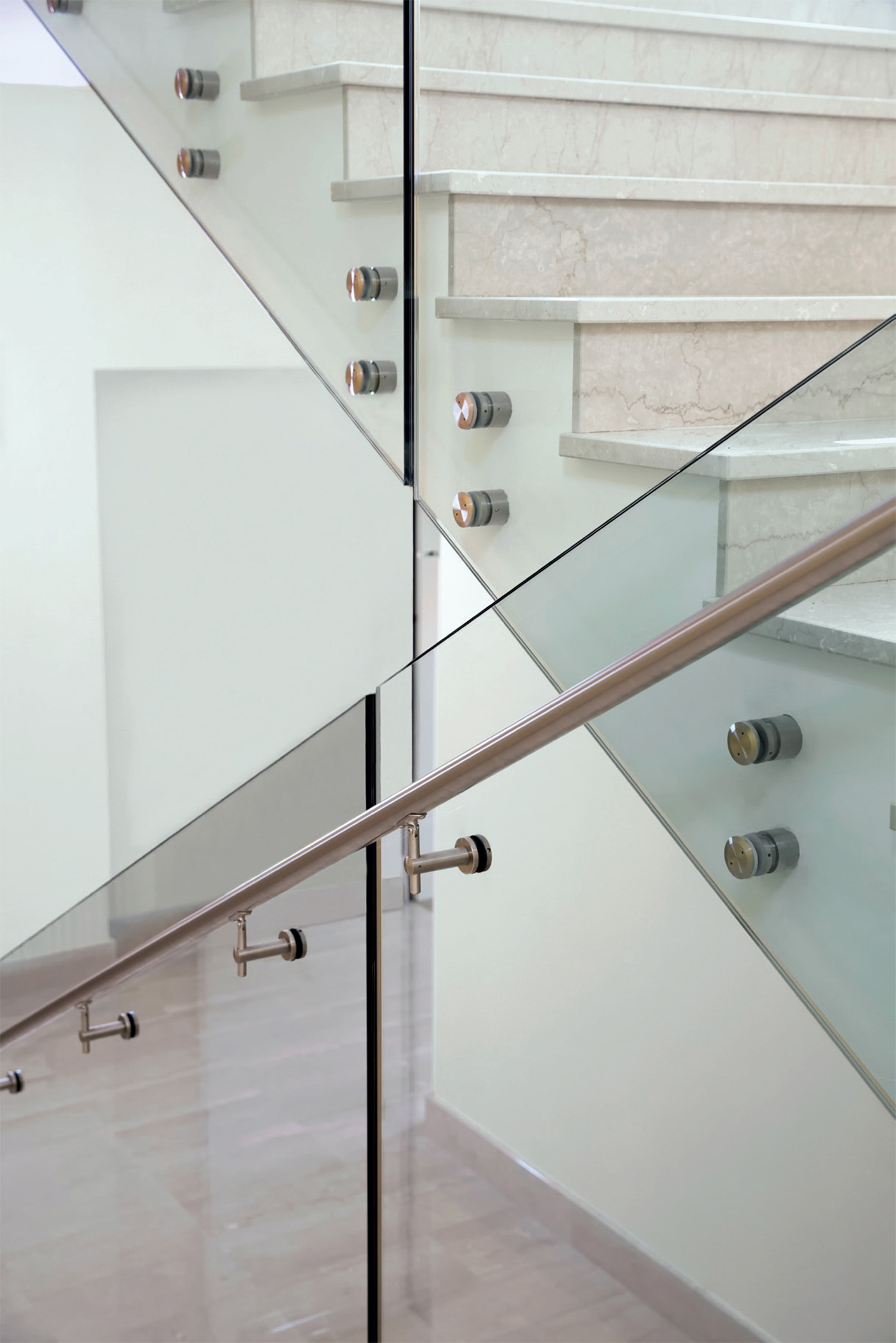Internal staircase with Point Aluvetro glass balustrade