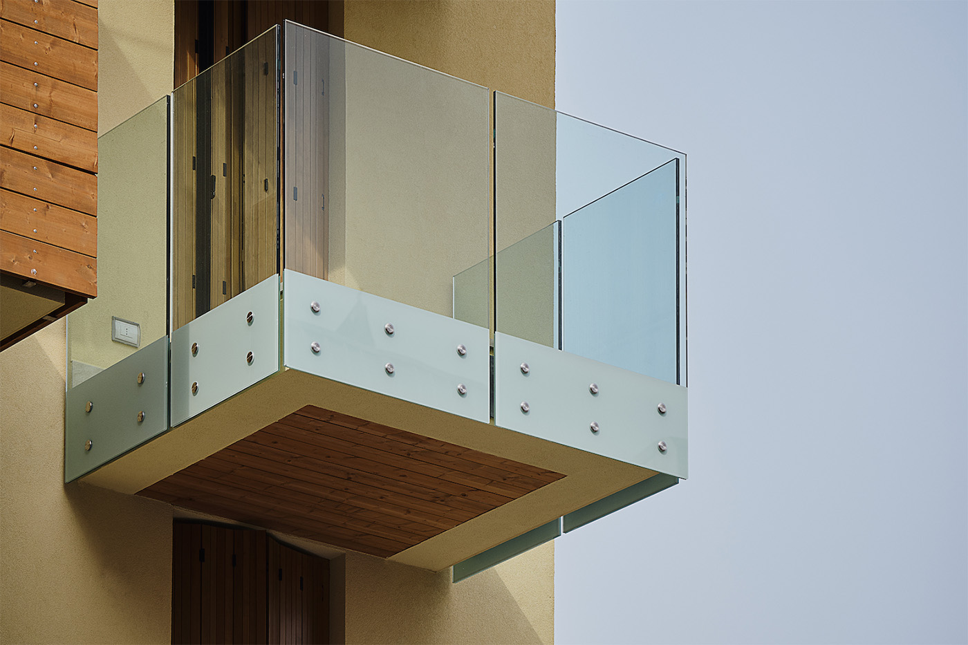 Balcony with balustrade in Point Aluvetro glass