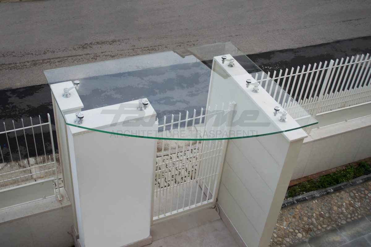 Glass shelter Farone for entrance gate cover