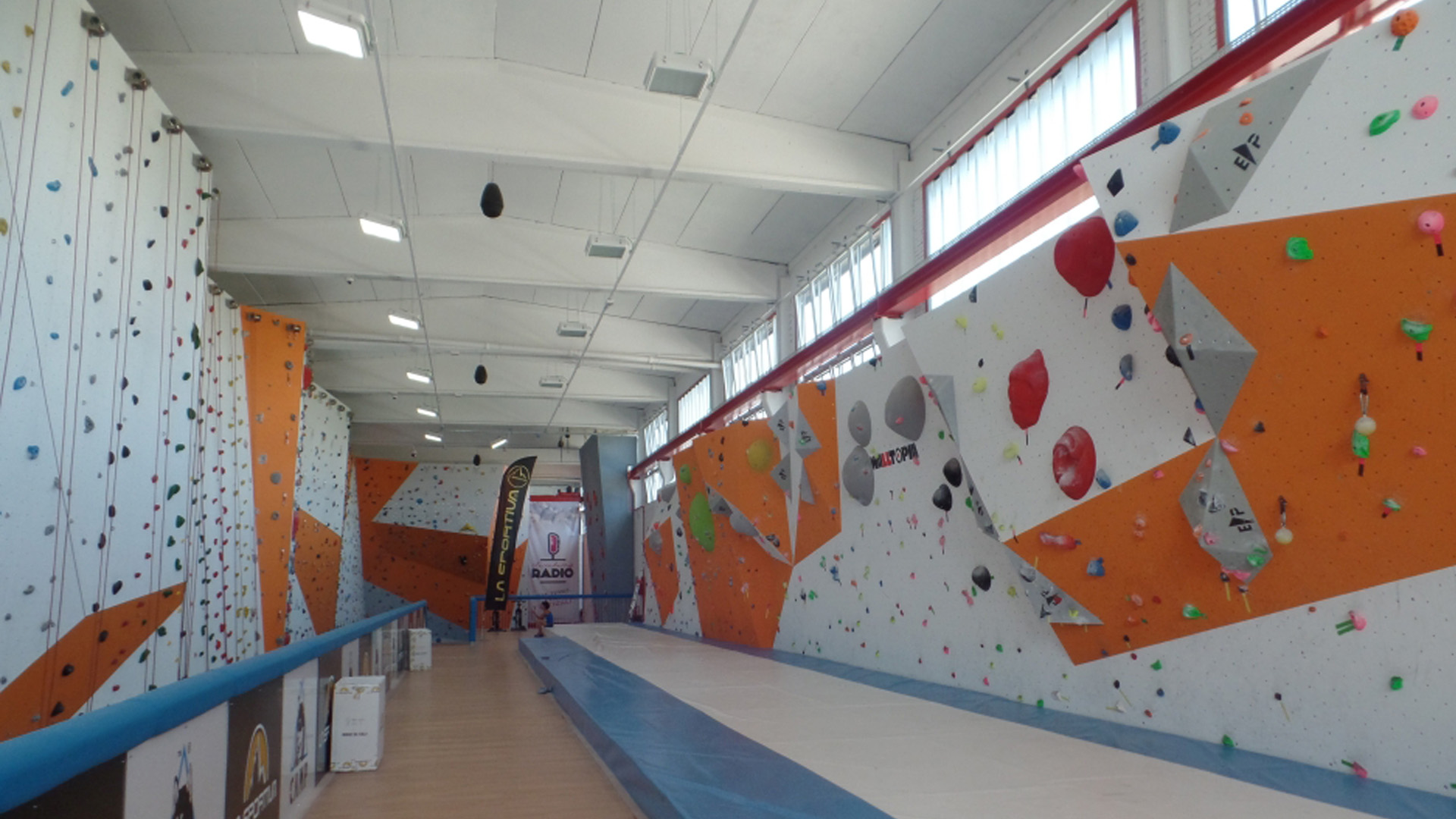 Insulated gym wall with URSA TERRA mineral wool panels