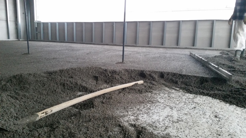 Image of construction site during the construction of the screed with the FerriFLOOR system