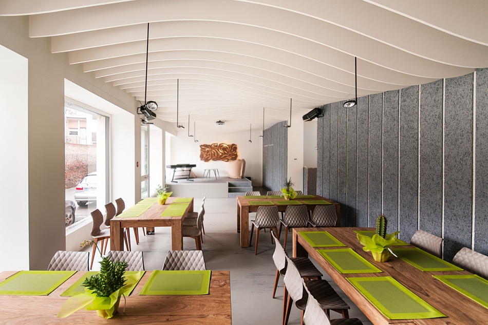 Isolated restaurant with acoustic insulation panels