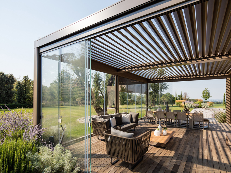 Pratic pergola with side closures for the residential