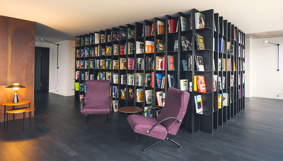 Library that divides the space of the attic