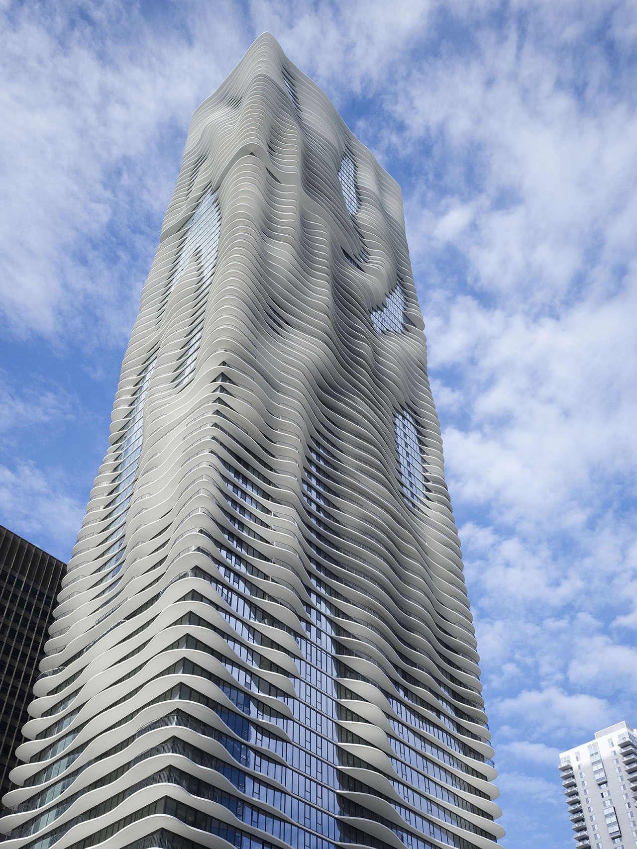 Chicago skyscraper with sinuous shapes