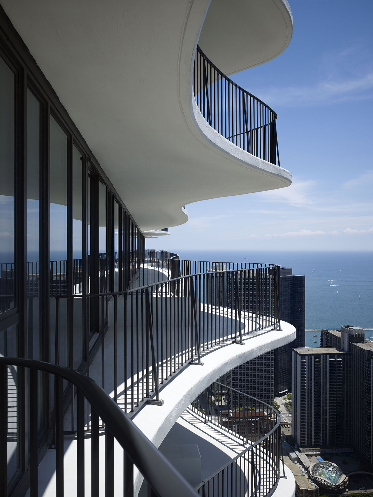 Sinuous cantilevered terraces