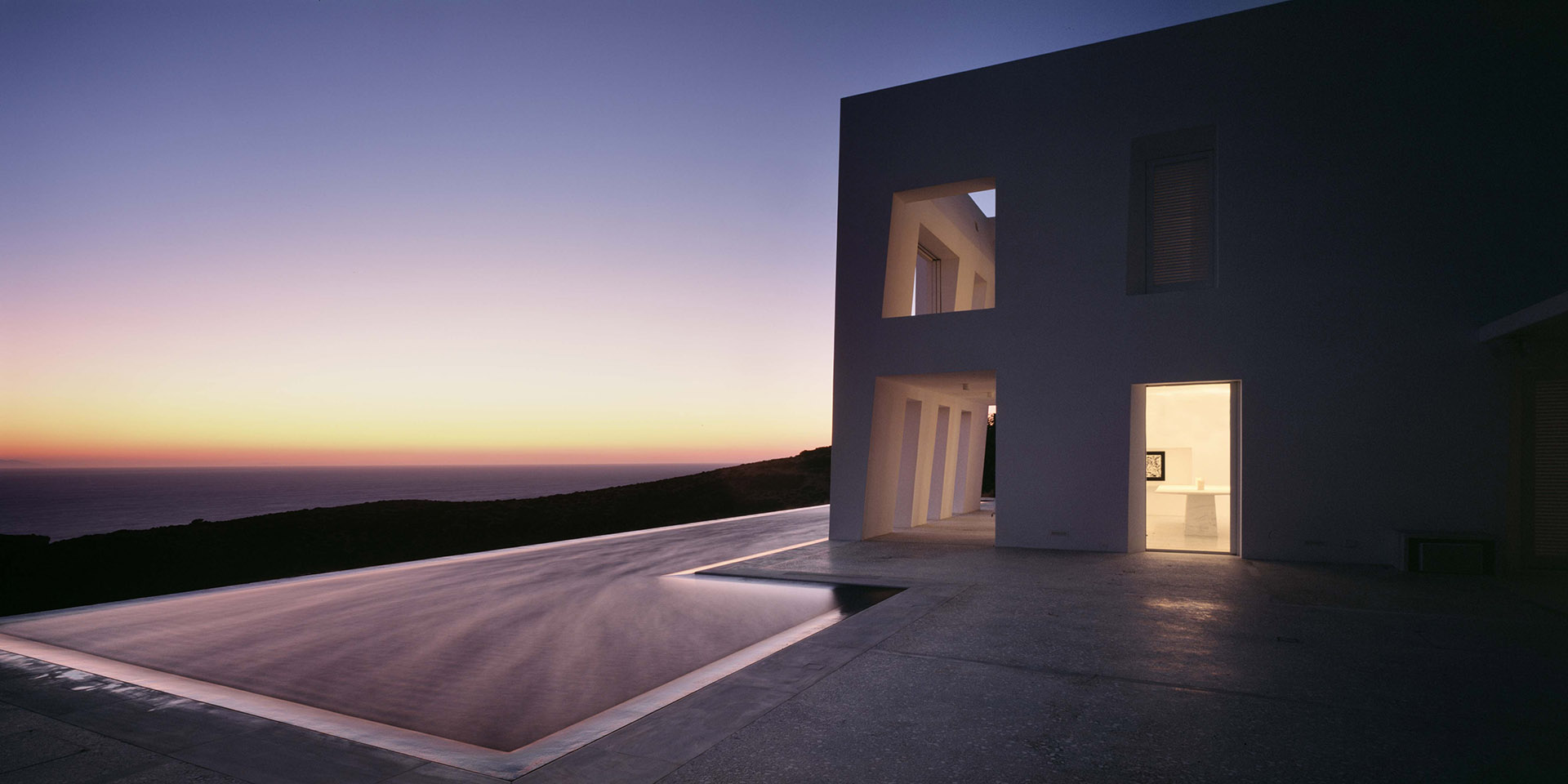 Act of balance between human experience and the environment. A villa as a temple to the sun and the culture of the Greek islands